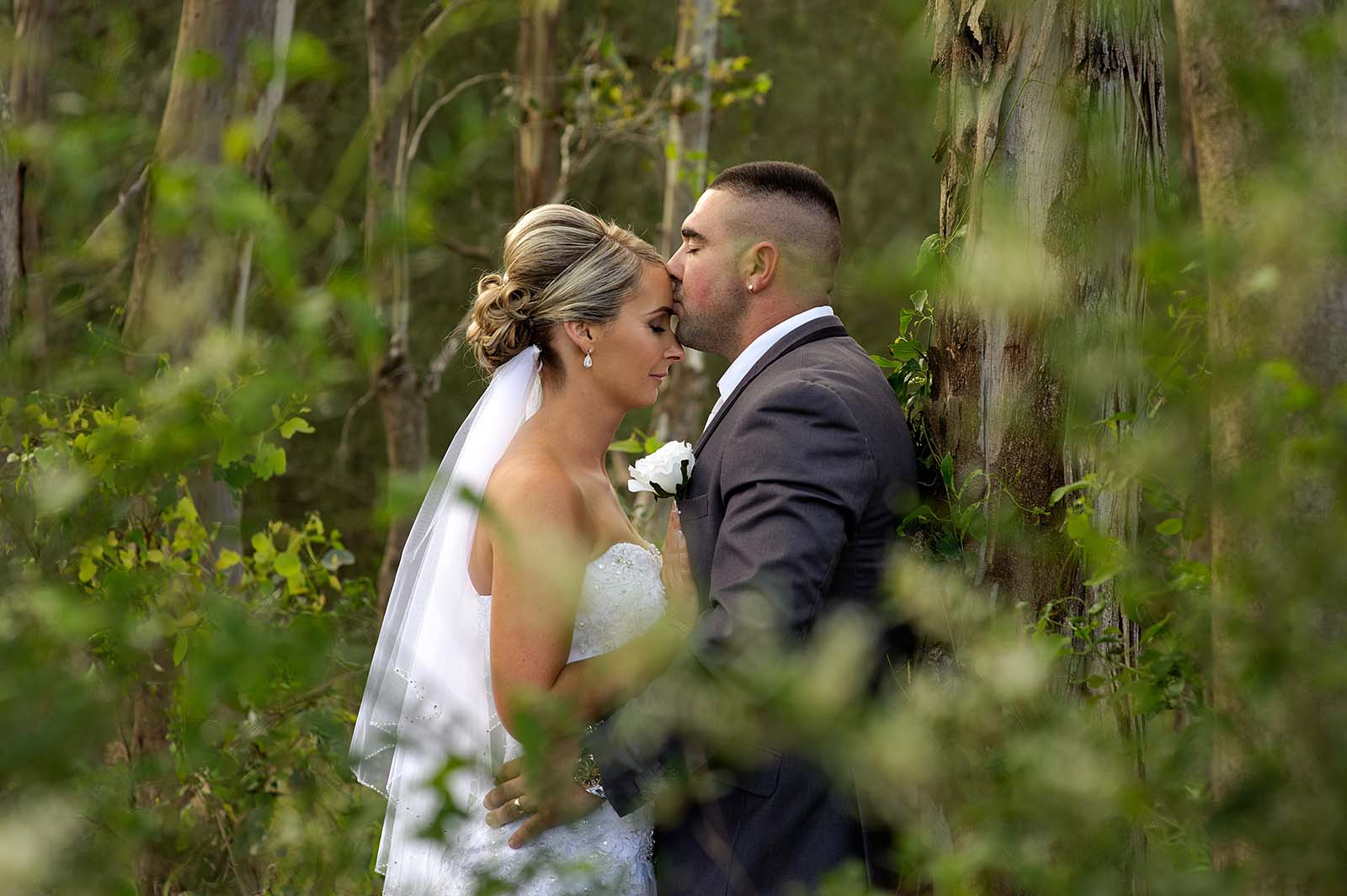 Naturalność w prostej sukni ślubnej