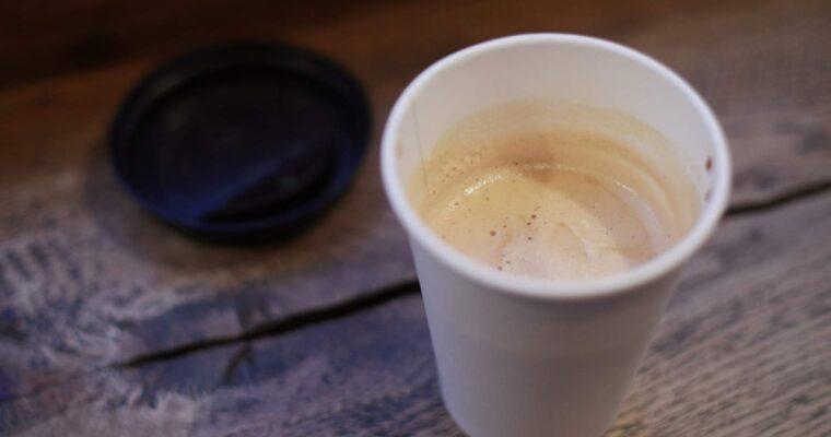 Czy kawa w papierowym kubku smakuje gorzej?