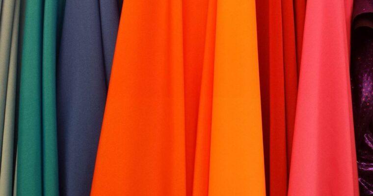 Odzież używana – czy warto kupować w lumpeksach?