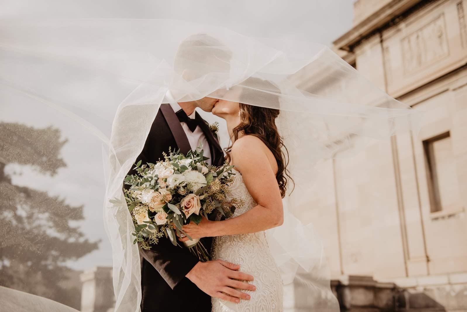 O minimalistycznych sukniach ślubnych