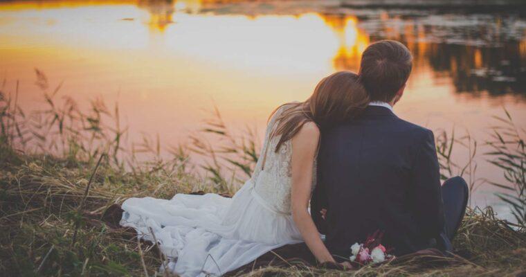 Dlaczego warto zdecydować się na prostą suknię ślubną?